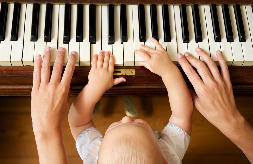 Cours de piano à domicile jeune enfant 5 ans